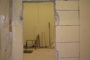Αδιατάρακτη κοπή τοιχίου για άνοιγμα πόρτας - Εικόνα.